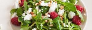 Диетический салат с малиной и сыром бри