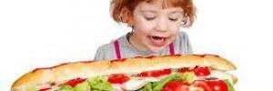 Диетологи рассказали, чем нельзя кормить детей