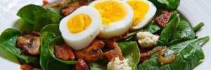 Очень полезно: салат с беконом, грибами и шпинатом