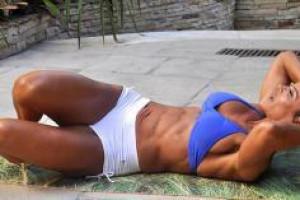 Йога для пресса: жиросжигающая тренировка на 20 минут в день