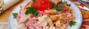 Салат с ветчиной, сыром с сухариками