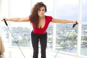Как быстро накачать мышцы ног: упражнение с лентой