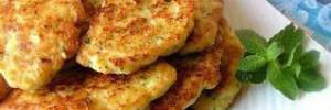 Диетические куриные котлеты с картофельными дольками и соусом