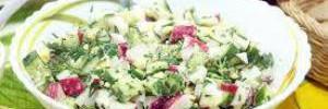 Весенний салат из редиса с курицей, гренками и перепелиными яйцами