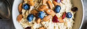 Почему овсянка — лучший завтрак? Плюс идеи для полезных добавок в утреннюю кашу