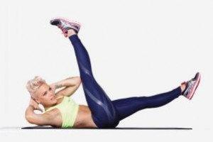 Упражнения для спортивной фигуры от Пинк: сложные скручивания